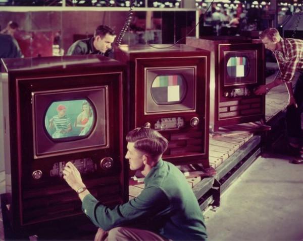 День в истории: 13 августа - Первая цветная телепередача и патент на телефон-автомат