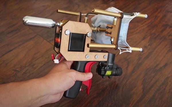 Видео дня: Блогер создал пистолет для стрельбы масками