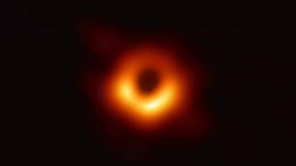 Кольцо вокруг черной дыры галактики M87 со временем колеблется