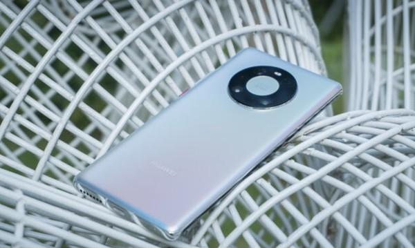 Huawei Mate 40 Pro в топе: Названы лучшие смартфоны октября