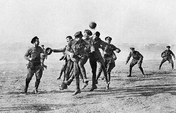 Война и мяч: история необычного матча между солдатами враждовавших армий (10 фото)